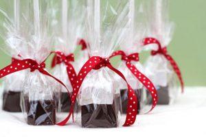 Sử dụng giấy gói quà trong suốt bọc quà đẹp mắt
