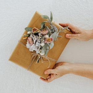 Những ý tưởng sáng tạo cực kì đẹp mắt với giấy kraft gói quà